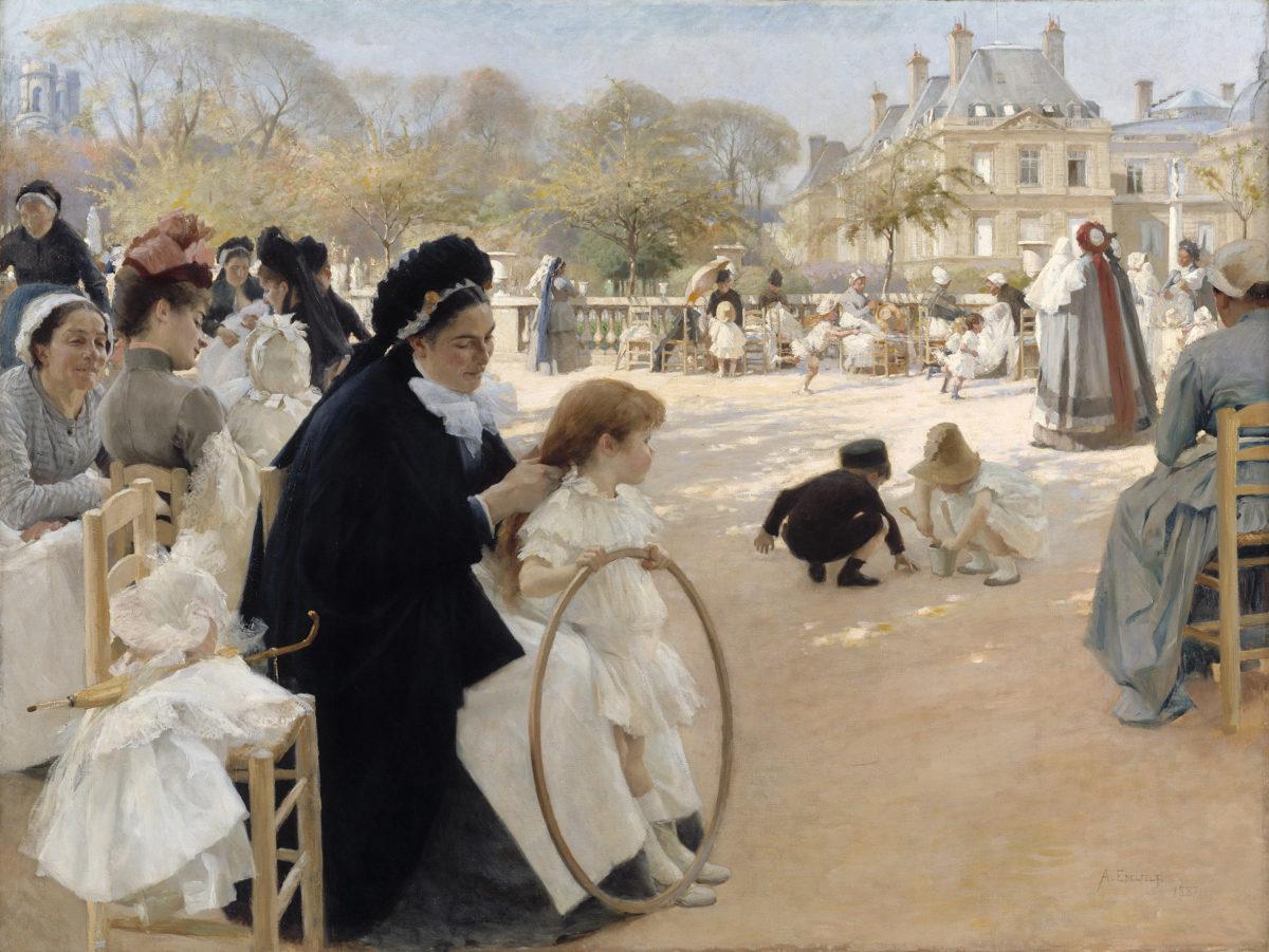 Mustapukuinen nainen letittää pienen tytön hiuksia, tytöllä on puinen vanne kädessään. Taustalla näkyy muita leikkiviä lapsia ja naisia puistomaisemassa.